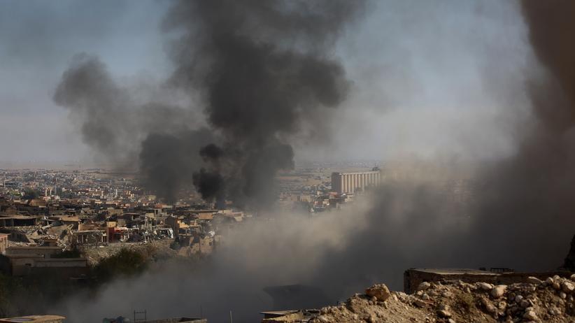 Über der Stadt Mosul im Nordirak steigt Rauch auf, nachdem kurdische Kämpfer IS-Stellungen dort angegriffen hatten