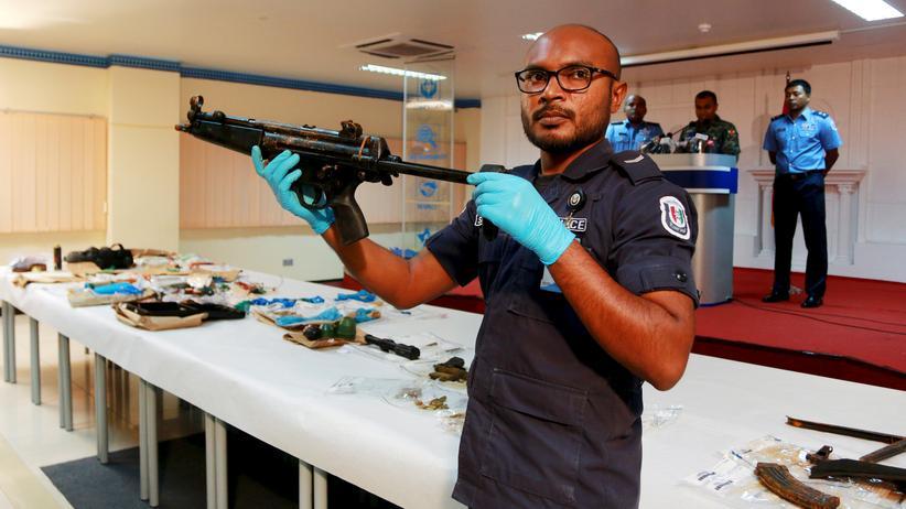 Malé: Ein Polizist zeigt Waffen, die auf den Malediven gefunden wurden.
