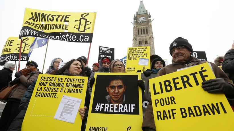 Saudi-Arabien: Raif Badawis Ehefrau, Ensaf Haidar (Mitte), während einer Demonstration für die Freilassung ihres Mannes in Ottawa, Kanada. (Archiv)