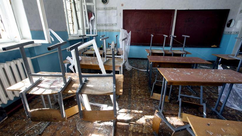 Eine zerstörte Schule in der ostukrainischen Stadt Donezk