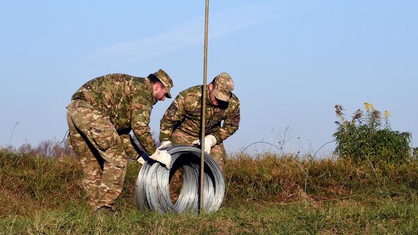 Flüchtlinge: Soldaten bauen einen Zaun an der slowenisch-kroatischen Grenze in der Nähe von Brežice.
