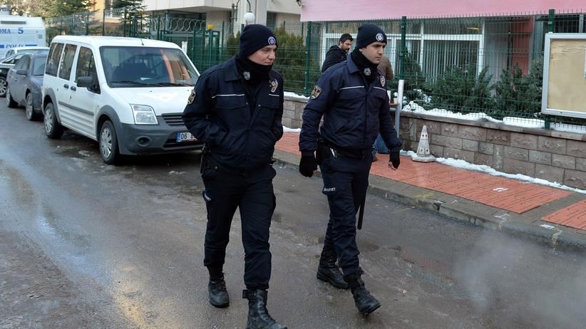 """""""Islamischer Staat"""": Die Polizei patroulliert vor den Büros der Tageszeitung Cumhuriyet."""