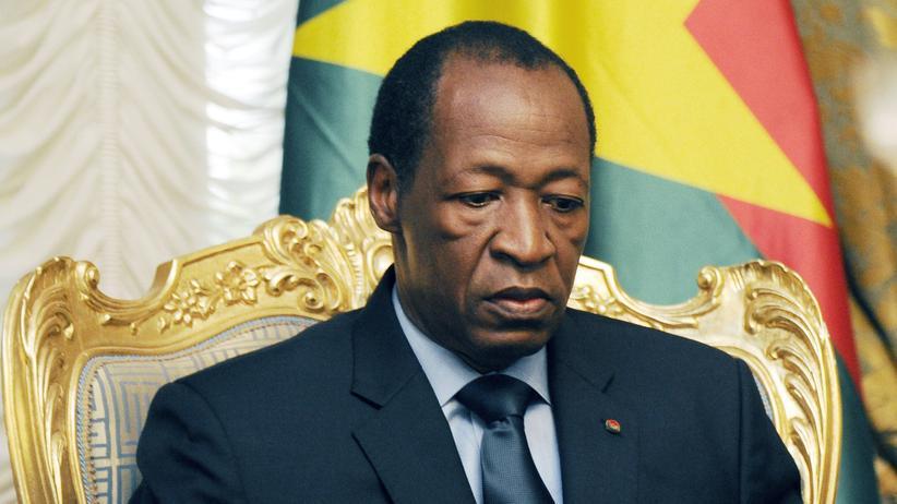 Burkina Faso: Ex-Präsident Blaise Compaoré bei einem Treffen mit Angehörigen der Air-Algeria-Tragödie im Präsidentenpalast in Ouagadougou im Juli 2016.