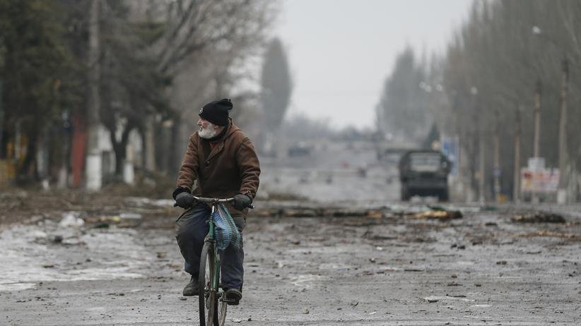 Zwischen den Fronten: Ein Radfahrer im Dorf Vuhlehirsk in der Ostukraine, das lange zwischen Rebellen und der ukrainischen Armee umkämpft war