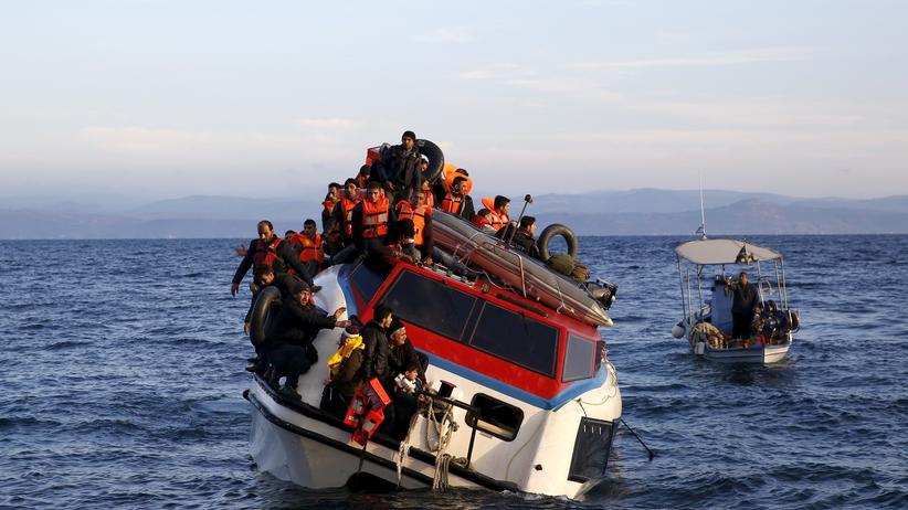 Farmakonisi: Ein Boot mit Flüchtlingen vor der griechischen Insel Lesbos im Oktober