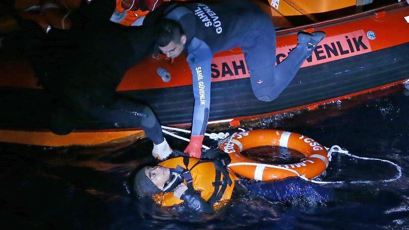 Mittelmeer: Mitglieder der türkischen Küstenwache retten Flüchtlinge nach dem Sinken ihres Bootes in der Ägäis.