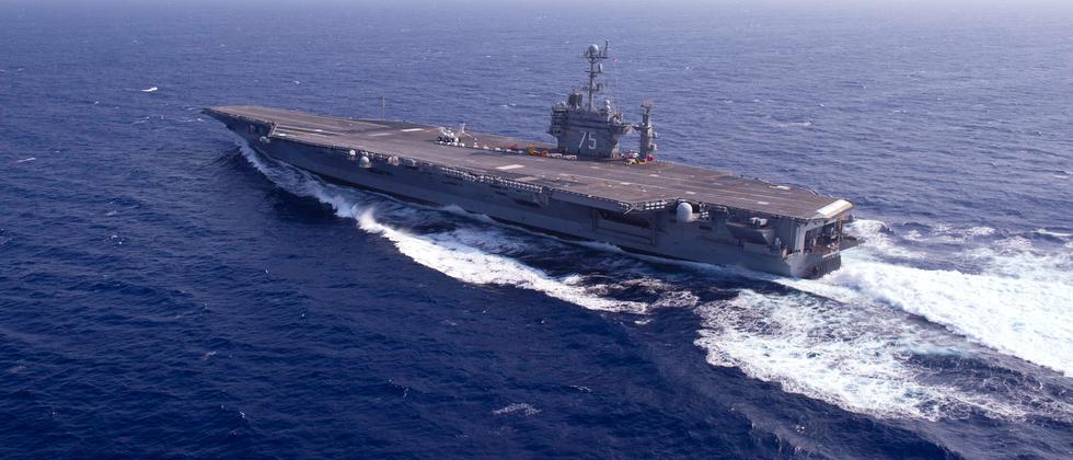 """Die Rakete ist in der Nähe des Flugzeugträgers """"Harry S. Truman"""" eingeschlagen."""