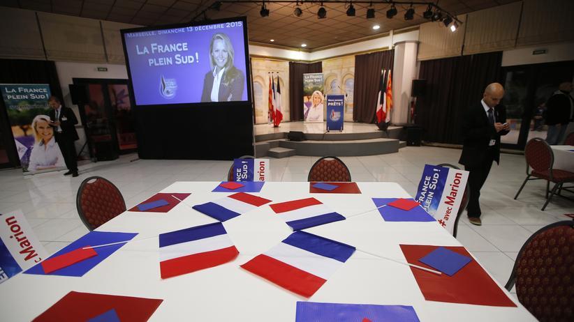 Frankreich: Der Raum für Marion Maréchal-Le Pens (FN) Pressekonferenz, vor Bekanntgabe der Ergebnisse