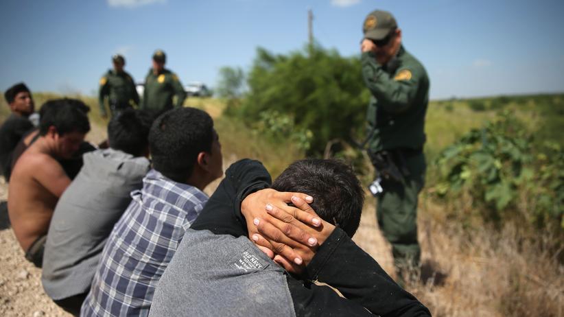 Asyl: US-Grenzschutzeinheiten halten Einwanderer fest, die ohne Papiere über die mexikanische Grenze in die USA gekommen sind.