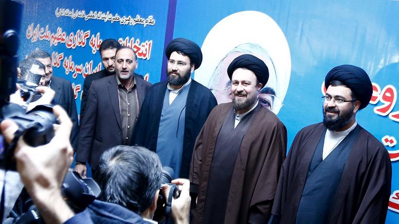 Iran: Der Geistliche Hassan Khomeini registriert sich zur Wahl des Expertenrats.
