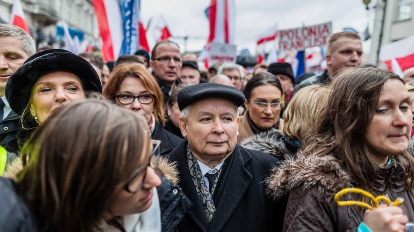 Neue Regierung: Jarosław Kaczyński im Kreise seiner Anhänger während der Demonstration in Warschau