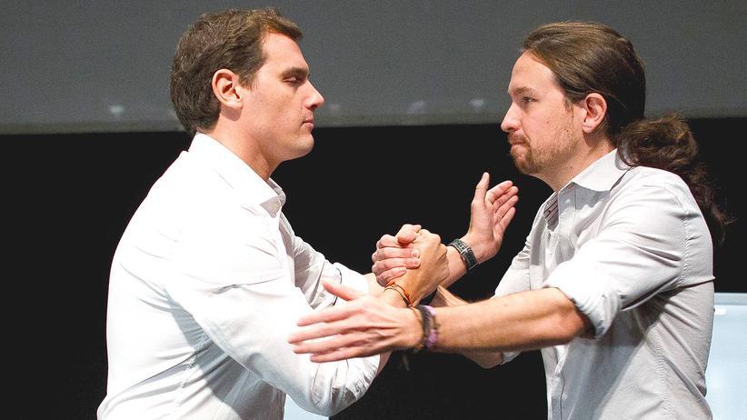 Podemos-Chef Pablo Iglesias und Ciuadanos-Chef Albert Rivera sind Konkurrenten, schütteln sich aber hier die Hand nach einer Wahlkampfdebatte an der Universität Carlos III in Madrid