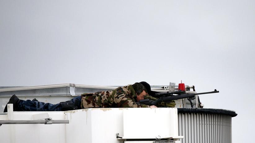 Klimakonferenz: Scharfschützen auf einem Dach am Pariser Flughafen Orly