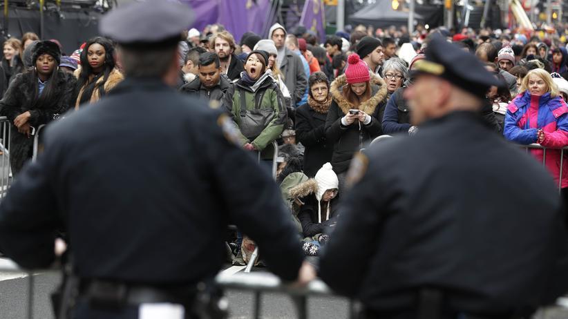 USA: Erhöhte Sicherheit: Polizisten bewachen die Silvesterfeier in New York.