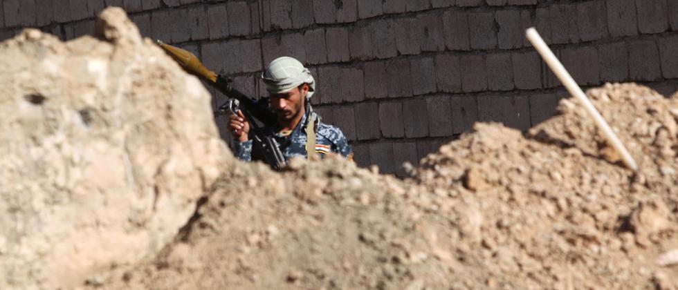 In Husayba, einige Kilometer neben Ramadi, steht ein irakischer Soldat während des Kampfes gegen den IS.
