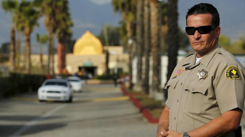 San Bernardino: Ein Polizist bewacht die Moschee von San Bernardino, die der Attentäter regelmäßig besuchte.