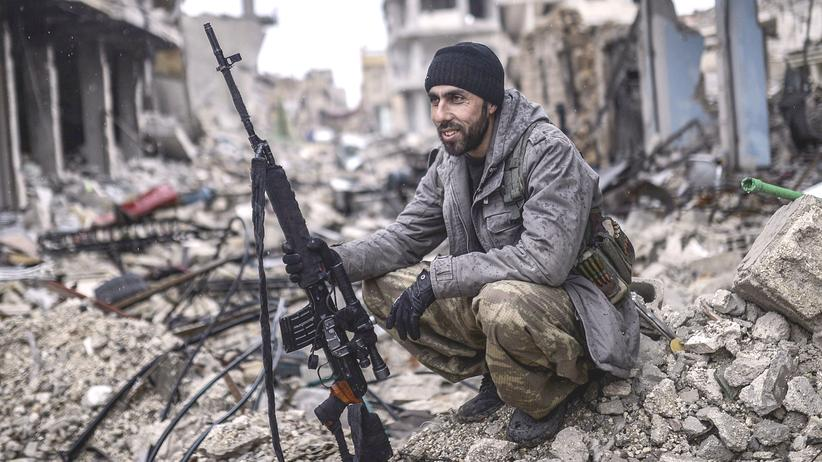 Ein kurdischer Kämpfer in der Stadt Kobane (Januar 2015)