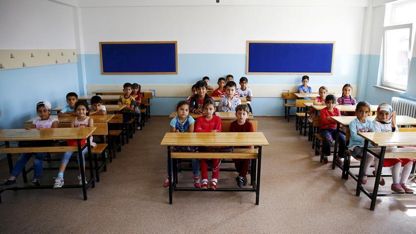 Aus Syrien geflohene Kinder warten in der Fatih Sultan Mehmet Schule in Ankara auf den Start des Unterrichts.