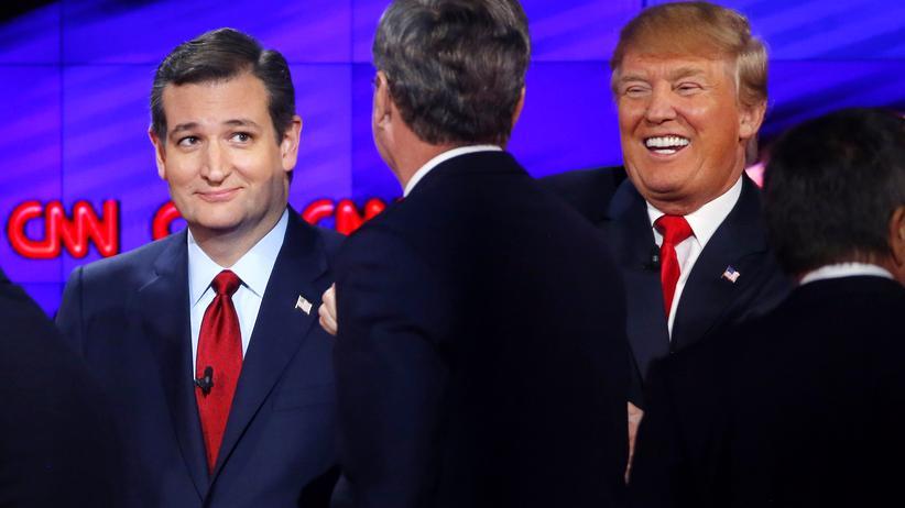 US-Präsidentenwahl: Die Republikaner Ted Cruz (l.) und Donald Trump nach dem Ende ihrer TV-Debatte in Las Vegas