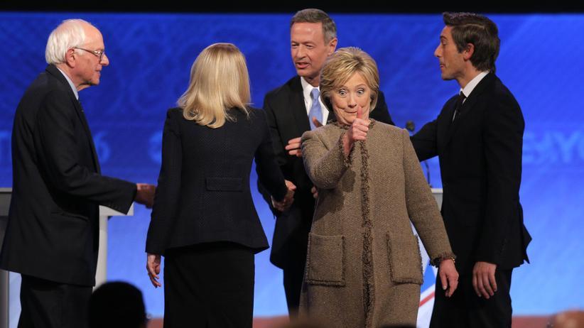 Demokratische Debatte: Hillary Clinton grüßt nach dem Ende der Debatte ihre Unterstützer in der Halle des St. Anselm College in Manchester, New Hampshire.