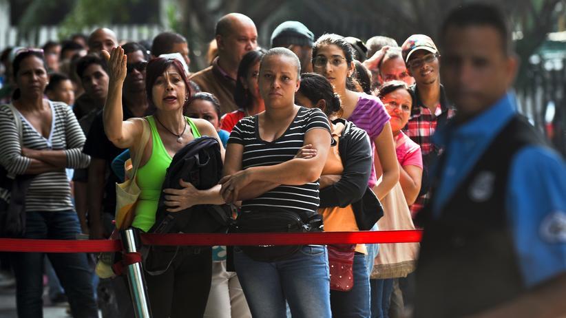 Venezuela: Venezolanerinnen warten auf einem Markt in Caracas darauf, Essen kaufen zu können.