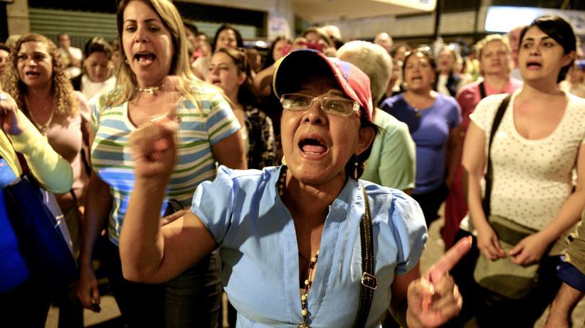 Venezuela: Venezolaner fordern die pünktliche Schließung eines Wahlbüros in Caracas.