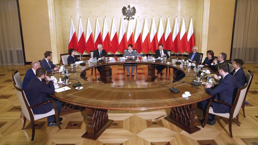 Polen: Polens Ministerpräsidentin Beata Szydło (M.) mit Parteiführern in ihrem Amtssitz in Warschau