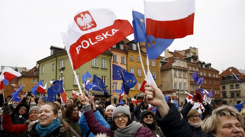 Polen: Teilnehmer einer Demonstration des Komitees zum Schutz der Demokratie in Warschau