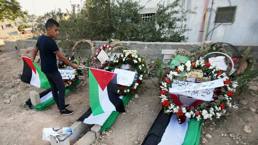 Israel: Die letzte Ruhestätte der Familie Dawabsha, die durch eine Brandbombe ums Leben kam, wird von Palästinensern besucht. Zwei Israelis müssen sich vor Gericht für die Tat verantworten.