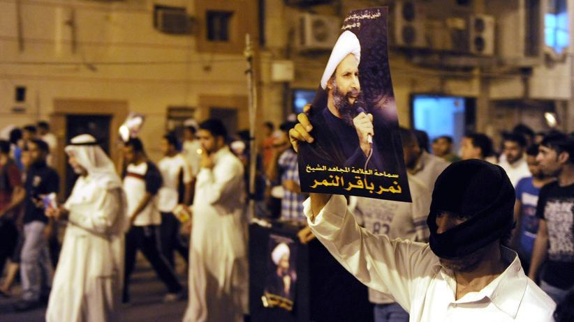 Todesstrafe: Ein Demonstrant hält ein Bild des Geistlichen Nimr al-Nimr während der Proteste gegen dessen Verhaftung im Jahr 2012 in die Höhe.