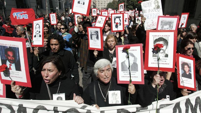 Gerichtsurteil: Hinterbliebene von Opfern der chilenischen Militärdiktatur bei einer Gedenkveranstaltung. (Archiv)