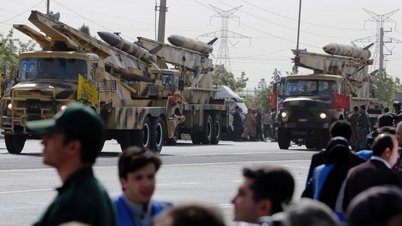 Trucks mit Mittelstreckenraketen auf einer Militärparade in Teheran