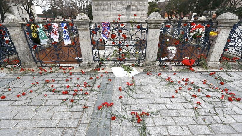 Fanschals deutscher Fußballclubs am Anschlagsort in Istanbul