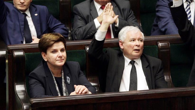Polen: Polens Ministerpräsidentin Beata Szydło und ihr Parteichef Jarosław Kaczyński nehmen an einer Parlamentssitzung zur Reform des polnischen Verfassungsgerichts teil.