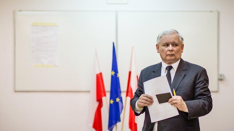 Polen: Jaroslaw Kaczynski, Chef der konservativen PiS (Partei für Recht und Ordnung) und der starke Mann im Hintergrund der neuen polnischen Regierung, während seiner Stimmabgabe zur Europawahl im vergangenen Mai.