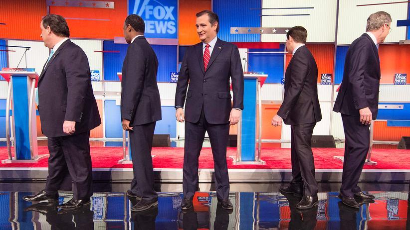 USA: Vor dem Start der TV-Debatte posieren die Kandidaten Rand Paul, Chris Christie, Ben Carson, Ted Cruz, Marco Rubio, Jeb Bush und John Kasich.