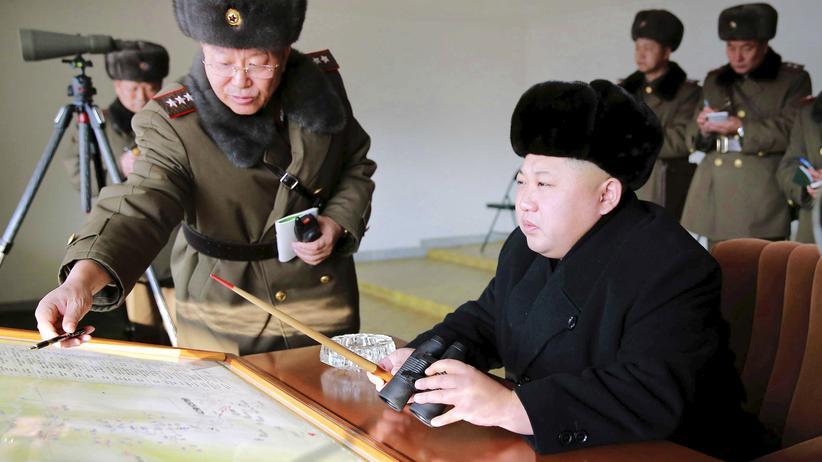 Kim Jong Un: Nordkoreas Diktator Kim Jong Un verfolgt eine Militärübung.