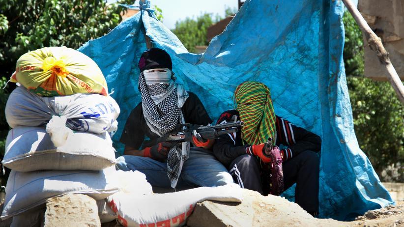 PKK: Jugendliche kurdische Kämpfer in Sur, einem Stadtteil von Diyarbakir im Südosten der Türkei