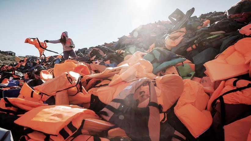 Griechenlands Migrationsminister: Am Strand in Lesbos zurückgelassene Schwimmwesten von Bootsflüchtlingen