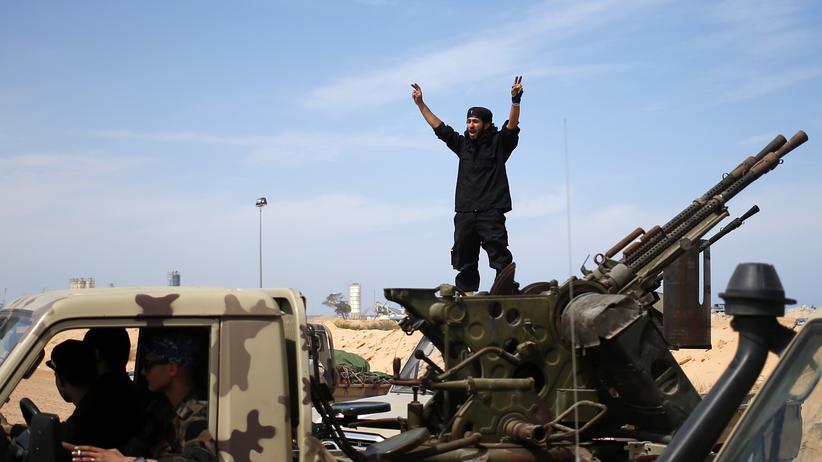 Terrorismus: Schwieriges Unterfangen: Ein Kämpfer, der in der Nähe der libyschen Stadt Sirte versucht, IS-Kämpfer zurückzudrängen.
