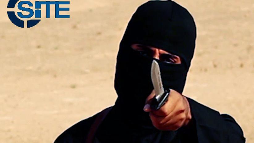 """""""Islamischer Staat"""": Der britische IS-Terrorist Mohammed Emwazi, in westlichen Medien """"Dschihadi John"""" genannt, zeigt in einem Propaganda-Video mit einem Messer in die Kamera."""