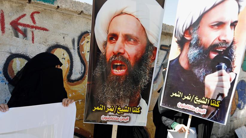 Nimr al-Nimr: Schiitische Protestanten tragen Poster mit dem Antlitz von Nimr al-Nimr während einer Demonstration in Sanaa im Oktober 2014.
