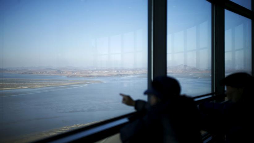 Blick von einer Aussichtsplattform auf südkoreanischer Seite über die demilitarisierte Grenzzone zu Nordkorea