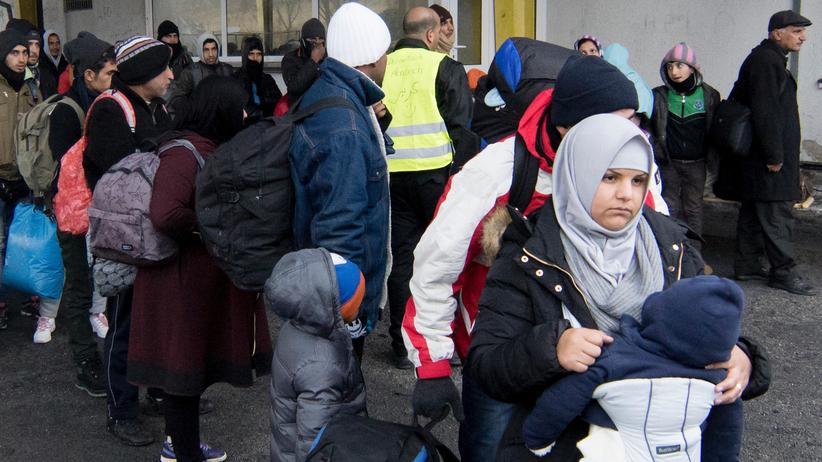 Obergrenze für Flüchtlinge: Am slowenisch-österreichischen Grenzübergang Spielfeld
