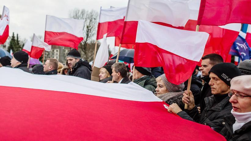 Polen: Anhänger der polnischen Regierungspartei PiS bei einer Demonstration in Warschau am 13. Dezember