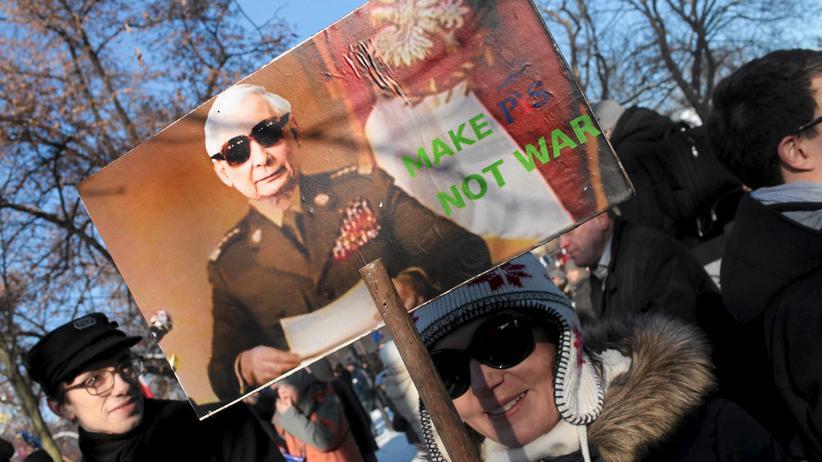 Polen: Demonstranten in Warschau bei einer der vielen regierungskritischen Demonstrationen in Polen