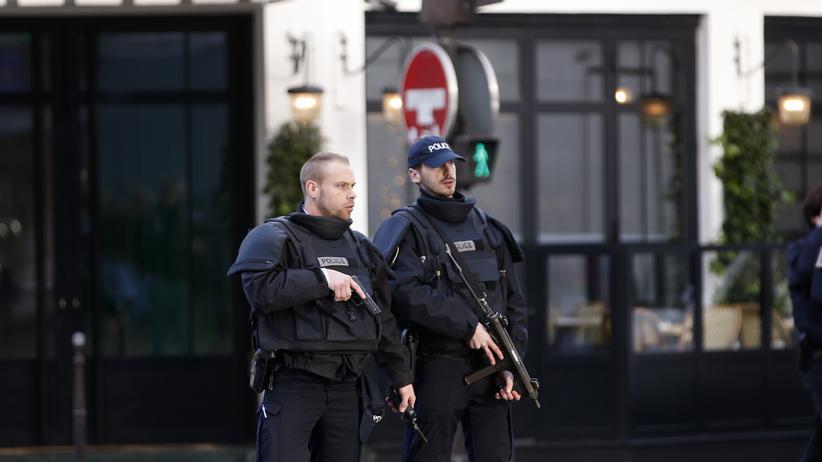 Terrorismus: Polizisten in Paris (Archiv)
