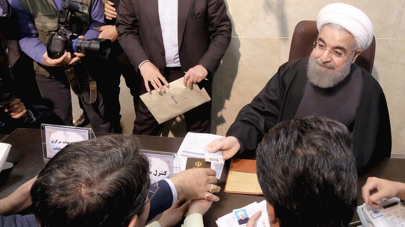 Iran und Saudi-Arabien: Der iranische Präsident Hassan Ruhani registriert sich für die Wahl im Februar.