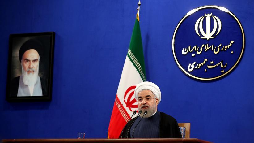 Iran: Der iranische Präsident Hassan Ruhani neben einem Porträt von Staatsgründer Ruhollah Chomeini