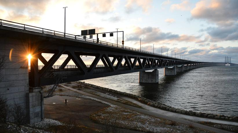 Flüchtlinge: The sun sets over the Oresund Bridge between Sweden and Denmark, in Malmo, Sweden, on January 3, 2016. Swedish authorities on January 4, will introduce identity checks for bus and train passengers entering Sweden. / AFP / TT NEWS AGENCY AND TT News Agency / JOHAN NILSSON/TT / Sweden OUT (Photo credit should read JOHAN NILSSON/TT/AFP/Getty Images)